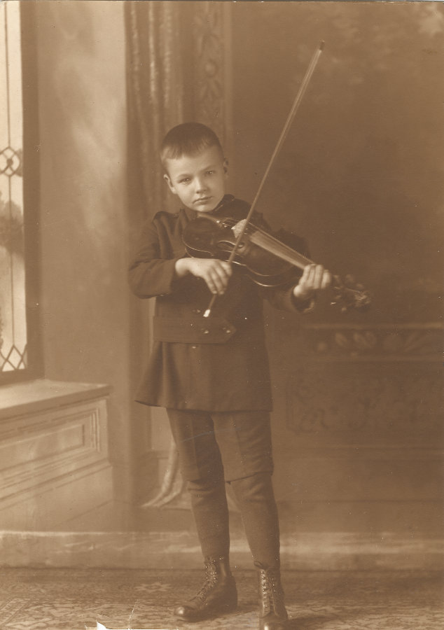 lewis gregg ii playing violin at 8 years old